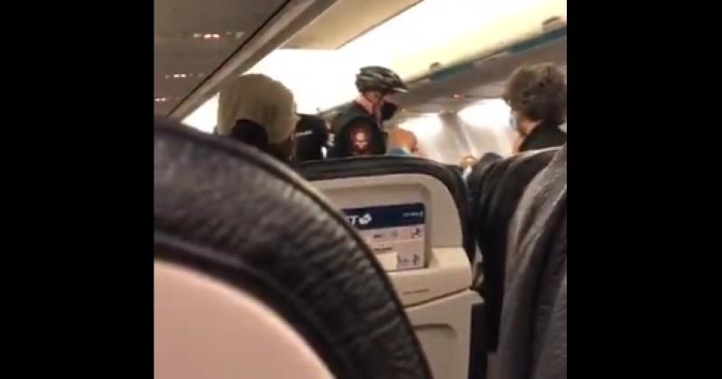 Fluggesellschaft wirft Familie aus dem Flugzeug und sagt ganze Flugreise ab, weil Baby keine Gesichtsmaske trug | uncut-news.ch