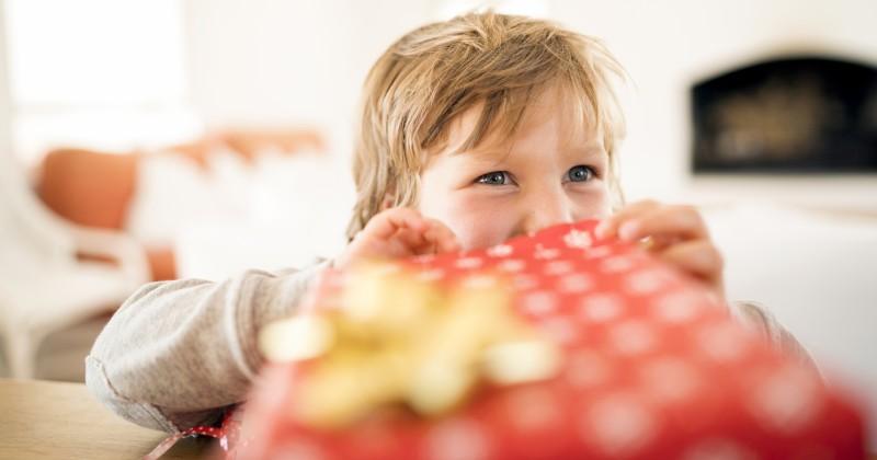 Kinder in der Quarantäne dürfen nach COVID-Regeln ihre Weihnachtsgeschenke nicht selbst auspacken
