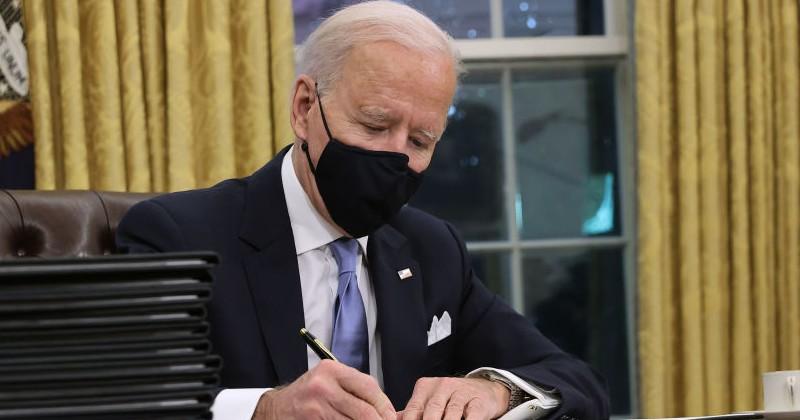 Eine von Bidens ersten Handlungen ist es, sicherzustellen, dass die Website des Weißen Hauses nach korrekten Pronomen fragt