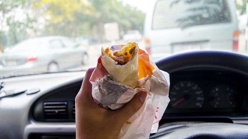 UK Polizei prahlt damit das sie einem Autofahrer der allein im Auto einen Döner gegessen hat ein Bußgeld ausstellen konnte