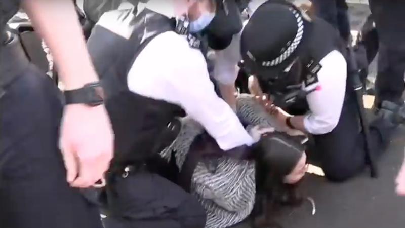 UK: Polizei belästigt die Menschen, nur weil sie Sitzen oder spazieren gehen (Videos)