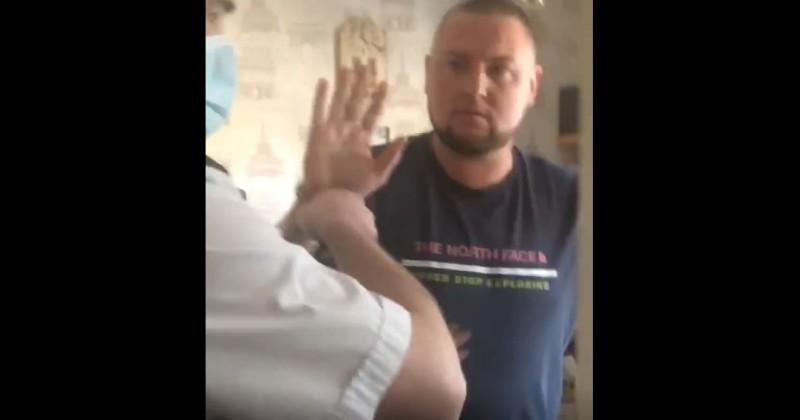 UK: Polizei bricht gewaltsam die Tür auf und verhaftet einen Mann wegen Verstoßes gegen COVID Quarantäne-Regeln