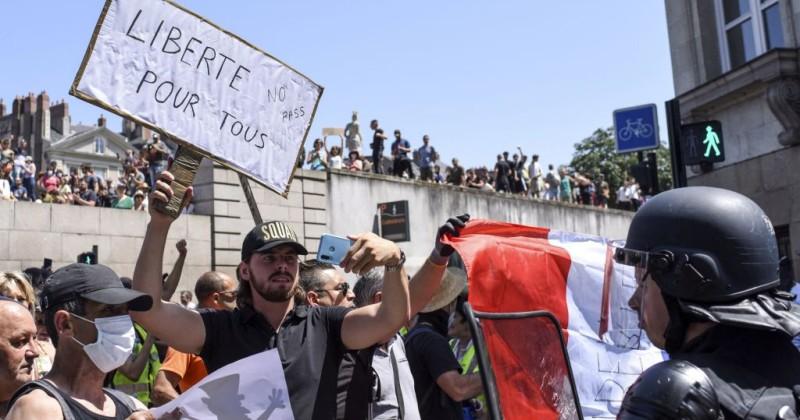 Nach landesweiten Protesten ist Macron gezwungen, bei der Forderung nach Impfpässen einen Teil-Rückzug zu machen