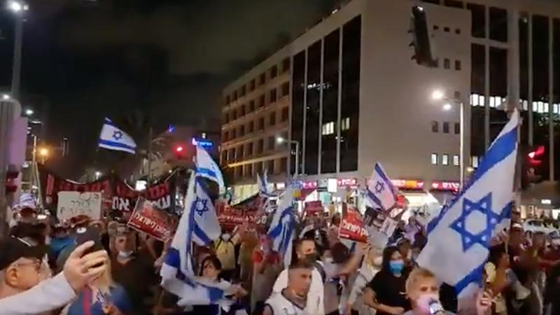 """Israelis gehen auf die Straße, nachdem ihnen mitgeteilt wurde, dass MEHR Impfungen nötig sind, um als """"vollständig geimpft"""" zu gelten (Video)"""