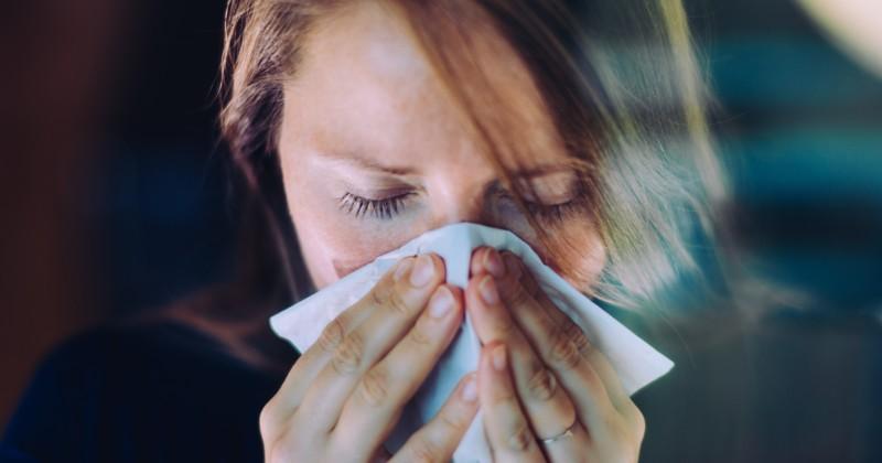 """Medien behaupten jetzt, dass """"doppelt geimpfte"""" Briten, die eine schlimme Erkältung haben, in Wirklichkeit an COVID erkrankt sind"""