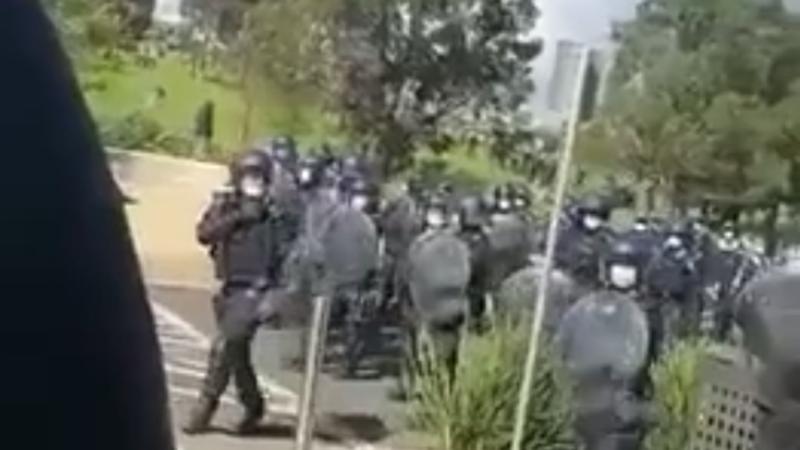 """Unglaubliche Videos aus Australien zeigen, wie die Polizei Lebensmitteleinkäufer verprügeln, sowie Demonstranten, die sich wehren und """"FREIHEIT"""" skandieren"""